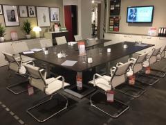 Konferenztisch in V-Stellung
